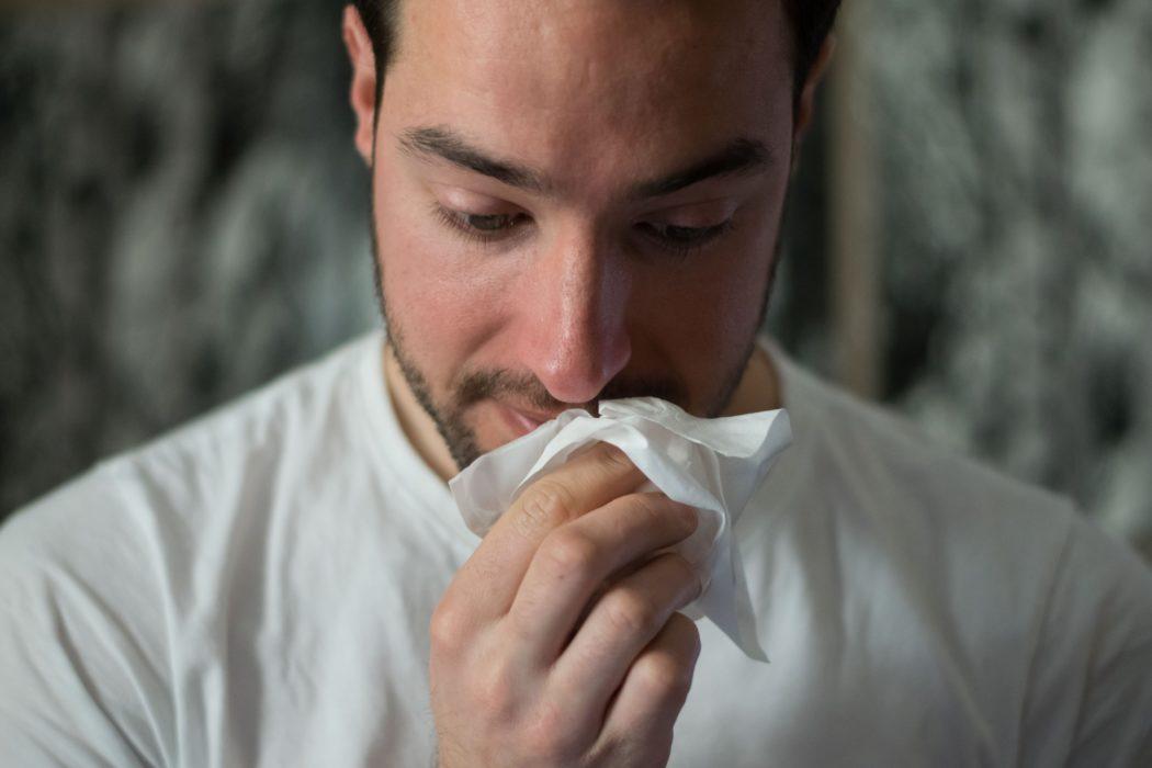 Una de las fosas nasales con alergias obstruidas